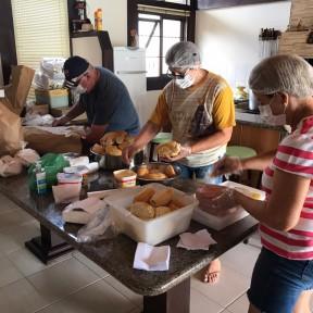 Voluntários da Igreja Católica fazem marmitas para servir aos moradores de rua, em Joinville