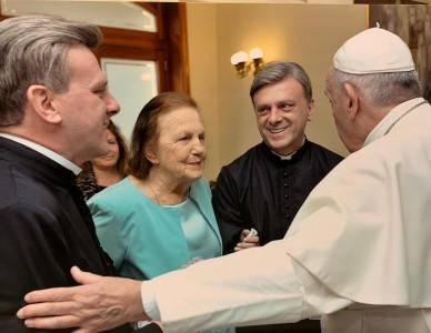 Padres Ivan e Ivanor Macieski recebem bênção de Papa Francisco
