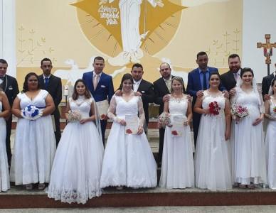 Casamento comunitário celebra oito matrimônios no Iririú