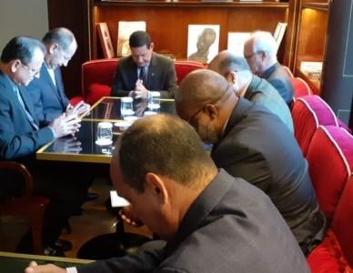 Presidente da CNBB, dom Walmor Oliveira, recebeu o vice-presidente Mourão em Roma