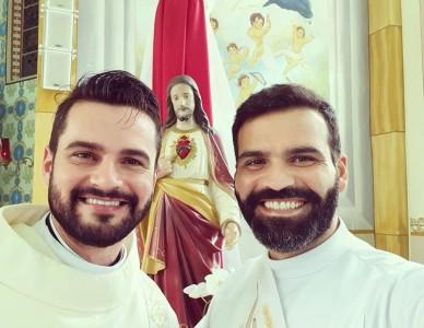 Diáconos Tiago Araújo e Rodrigo Bento se preparam para ordenação sacerdotal