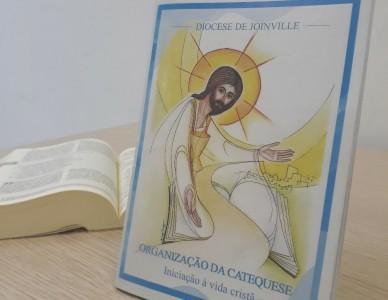 Irmãs Teresinha e Celestina lançam livro para a organização da catequese
