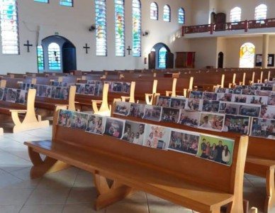 Fotos de fiéis são colocadas em Igreja no bairro Paranaguamirim, em Joinville