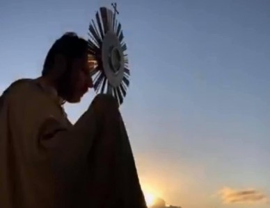 Pe. Fábio Bosco faz bênção do alto da torre da paróquia N.S. Aparecida, em Oxford